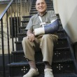 Man With Broken Arm Sitting On Stairs — Stock Photo