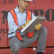 Warehouse manager writing on clipboard — 图库照片