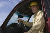 äldre man i lastbil på vindkraftpark — Stockfoto
