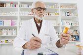 Pharmacien travaillant en pharmacie — Photo