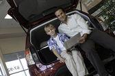 Vista dal basso del padre e figlio, seduto in macchina — Foto Stock