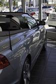 стационарные роскошный автомобиль в автосалоне — Стоковое фото