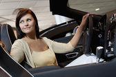 有吸引力的女人有一个测试驱动器 — 图库照片