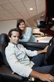 夫妇买一辆新车 — 图库照片
