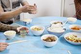 テーブルで一緒に朝食を有する — ストック写真