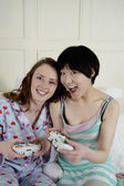 Two female friends playing video game — Stock Photo