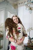 年轻女人抱着她的妹妹肖像 — 图库照片