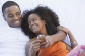 Couple à l'écoute pour lecteur mp3 — Photo