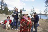 Amigos multiétnicas no parque de campismo — Fotografia Stock