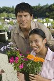 Paar einkaufen bei gärtnerei — Stockfoto