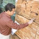 Supervisor stock taking in warehouse — Stock Photo