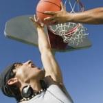 两名男子打篮球 — 图库照片