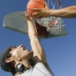 twee mannen spelen basketbal — Stockfoto