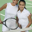 Mother and daughter on tennis court — Stock Photo