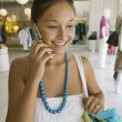 Girl Using Cell Phone — Stockfoto