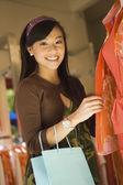 在店里的衣服的女人 — 图库照片