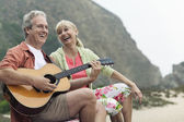 Man playing guitar with wife — Stockfoto