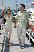 Couple walking on dock — ストック写真