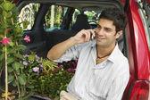 Hombre usando un teléfono celular en vivero — Foto de Stock