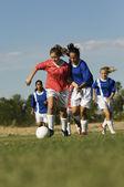Dospívající dívky hrát fotbal — Stock fotografie