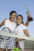 Madre e figlia holding trophy — Foto Stock