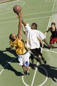 Друзья играют в баскетбол — Стоковое фото