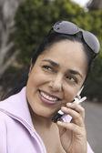 Vrouw met behulp van mobiele telefoon — Stockfoto