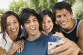 Přátelé pomocí digitálního fotoaparátu — Stock fotografie