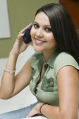 женщина, говорить на мобильный телефон — Стоковое фото