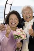 Parents at Wedding Thumbs-Up — Stock Photo