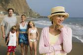 Babička na pláži s rodinou — Stock fotografie