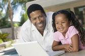 Vader en dochter met behulp van laptop — Stockfoto