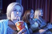 Kvinna sitter i teater — Stockfoto