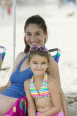 Mother and daughter on beach — Stock fotografie