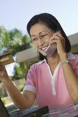 Kvinna med kreditkort — Stockfoto