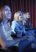看电影在剧院里的妇女 — 图库照片