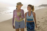 Mother and Daughter Walking on Beach — Stockfoto