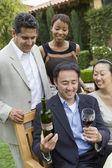 Uomo che tiene il vetro e bottiglia di vino — Foto Stock