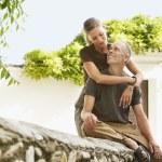 Tourist Couple on Stone Wall — Stock Photo