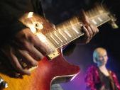 рок-гитарист на сцене — Стоковое фото