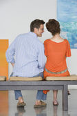 Couple observing painting — Stockfoto