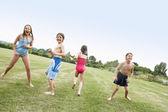 Chlapci a dívky v plavkách — Stock fotografie