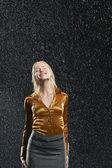 Kvinna som står i regnet — Stockfoto