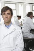 Scienziato maschio con i colleghi — Foto Stock