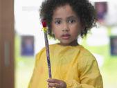 Flicka håller pensel — Stockfoto