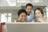 Mensen uit het bedrijfsleven met behulp van laptop — Stockfoto