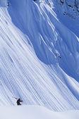 Esquiador na encosta da montanha — Foto Stock