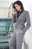 Mujer de negocios hablando por teléfono móvil — Foto de Stock