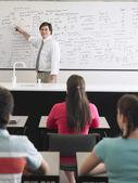 Estudantes, ouvir o professor — Fotografia Stock