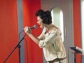 Woman singing — Stock Photo